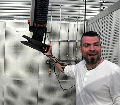 Svetslärare Conny Olofsson visar upp ett av de moderna 16 svetsbåsen.