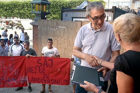 Bara minuterna innan fredagens extrainsatta fullmäktige möte överlämnade Rawod Mohammed, drygt ett tusen namnunderskrifter mot de nya ägardirektiven för Landskronahem till kommunfullmäktiges ordförande Gunlög Stenfelt.
