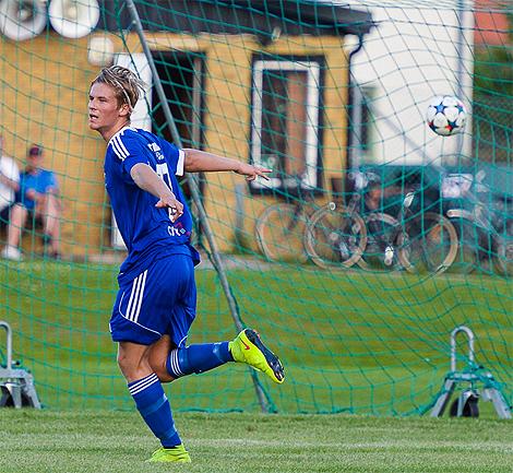 Debutanten Alfred Cöster har fått spelglädjen åter och firar här ett av sina två mål.  Foto: Ulf Bjarke - Foto261.se