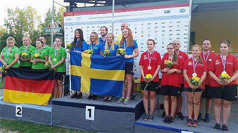 Lagguld till de svenska juniortjejerna vid JEM i Ostrava (Tjeckien). Elisabeth Brandt från Bangolfklubben Linjen längst till höger i bild av de svenska tjejerna. Foto: Tommy Fröjd, Skoghall.