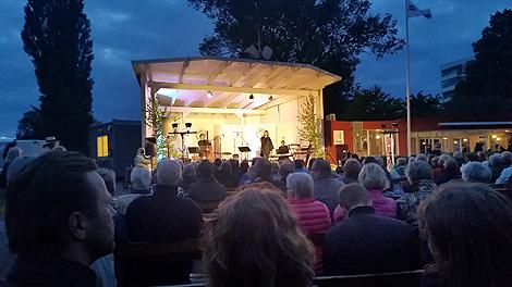 Det krävdes nästan vinterjacka i den kyliga sommarkvällen men CajsaStina Åkerström såg till att värma publiken när den första upplagan av Landskrona Visfestival gick av stapeln.