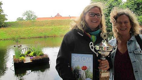Gunilla Utter som skapade årets flottaste flotte här tillsammans med prisutdelare, trädgårdsjournalisten Gunnel Carlsson. Foto: Privat.