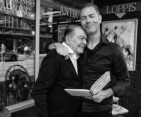 Pappa Apo är Tonys största supporter.