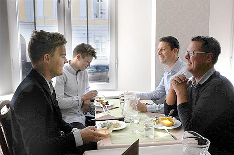 Ekonomieleverna Isac Nordberg och Axel Carlsson Hagel lunchar med företagaren Dennis Anderberg och försäkringsförmedlare Lars Jönsson.