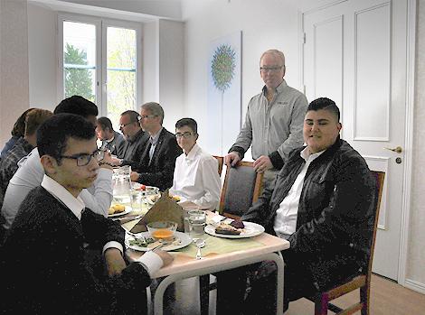 Ahmed Tayoun är förstaårselev på ekonomiprogrammet men har redan erfarenhet från det lokala näringslivet då han ofta hjälper till i pappas livsmedelsbutik på Sandvången. Vid bordet satt han tillsammans med ordförande för Företagsarenan Göran Green.