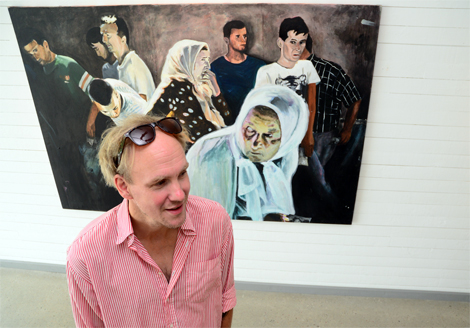 Ett fotografi av Johan Bävman ligger till grund för Andreas Poppeliers stora olje- och akrylmålning Utfärdsbön.