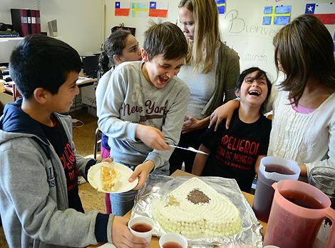 Sebastian Majewski skär upp tårta till Andy och Laurita.