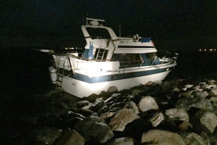 När stormen Gorm kom från Danmark till Sverige tog den en motorbåt från Nivå med sig. Strandkanten vid Fiskegumman blev den nya provisoriska hamnplatsen. Foto: Privat.