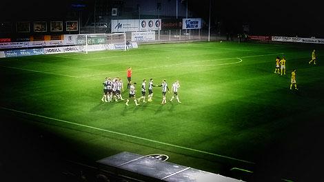 Alexander Tkacz gratuleras av sina lagkamrater efter att han gjort 2-0.