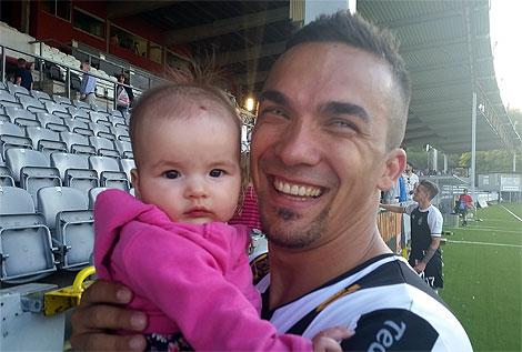 Först att gratulera matchhjälten Admir Aganovic var dottern Sara.