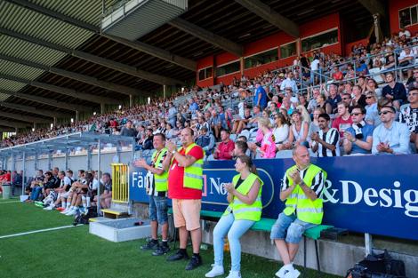 4 064 åskådare såg matchen mellan BoIS och Örgryte. Matchen räknades som lagets 100-års jubileumsmatch. Foto: Ulf Bjarke, Foto261.se.
