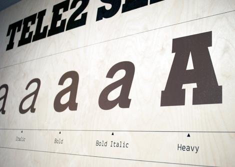Rum för Reklams nya utställning handlar dels om typografin hos några kända svenska varumärken, till exempel Ica, Tele2 och SJ och dels om hur man som typsnittsdesigner arbetar med att ta fram ett nytt typsnitt.