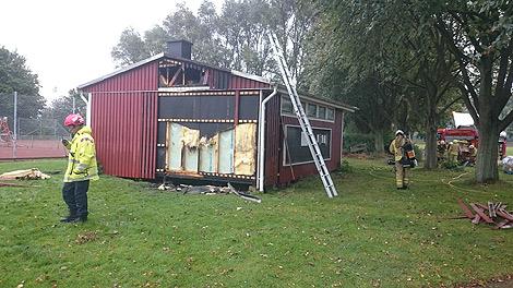 Räddningstjänsten han precis rädda en omklädningsbyggnad på Idrottsplatsen på söndagen. Foto: André Tajti, AT-Foto.se