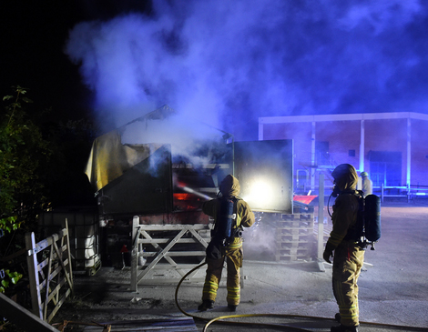 Räddningstjänsten fick ganska omgående kontroll på branden i lastbilssläpet Foto: André Tajti / at-foto.se