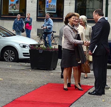 Drottning Silvia hälsar på kommunstyrelsens ordförande Torkild Strandberg. Båda höll anförande vid konferensen Sverige Mot Narkotika och är rörande överens om att all form av narkotika ska bekämpas.