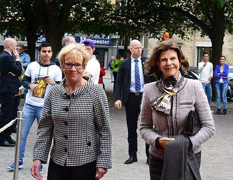 Kommunfullmäktiges ordförande, Gunlög Stenfelt visar drottningen in till teatern.