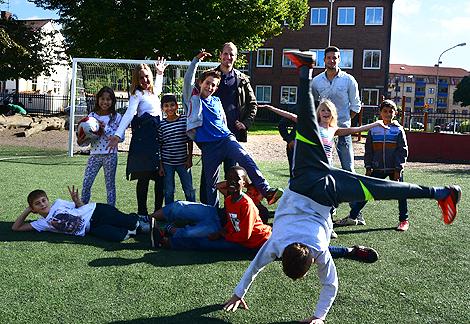 Alla ville vara med och spela fotboll på rasten när Michael Dahlgren och Jonas Sandqvist besökte Alléskolan som ett led i Skolans Dag.