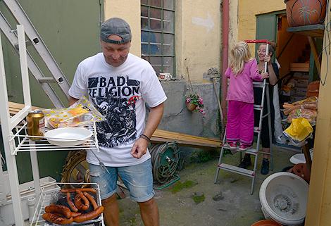 Jens Jentin Lindberg grillar korv till tonerna av Ramones. Femåriga Mira pussar mamma, galleristen Sofia Björne.