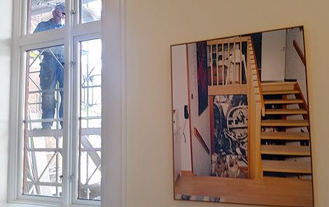 I Rådhusets kontorskorridorer på första våningen hänger delar av Lars Thunbjörks melankoliska svit, Vinter. Utställningen öppnar separat under fredagen.
