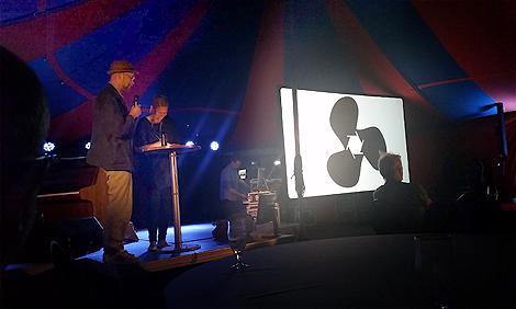Fotograf Johan Willner var glad i hatten när vinnaren av årets portfolio presenterades.