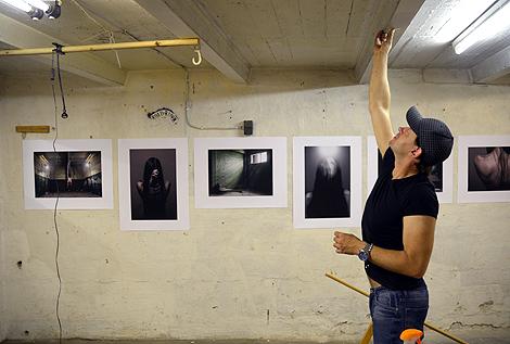 Jonas Westring visar sina bilder utan ram. - Jag tycker det blir bättre så.