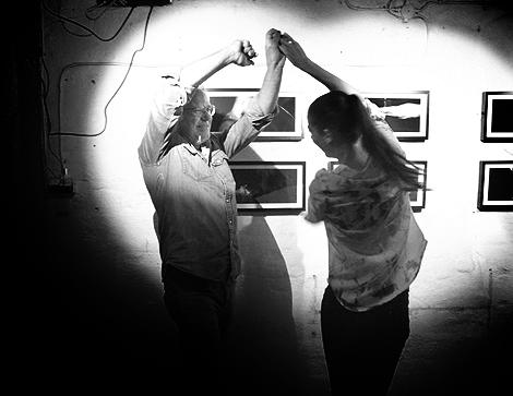 Hans Jonsson och Josefine A Olsson firar att 23-åringens första fotoutställning är hängd och klar för beskådan.