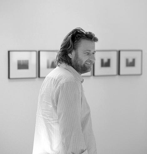 Han skulle antagligen inte erkänna det, men visst ser han nöjd ut - fotofestivalschefen Thomas H Johnsson.