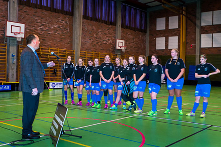 Kommunstyrelsens ordförande, Torkild Strandberg (L) överlämnar en gåva på 5000 kronor till Häljarps SK Flickor 16 för deras insamling till Cancerfonden. Foto: Ulf Bjarke: Foto261.se