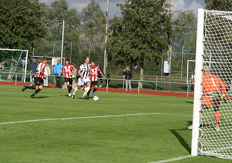 Viktor Svensson i en framstöt i första halvlek. Något mål blev det dock inte. Foto: Ulf Backman