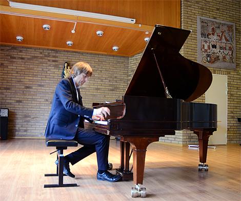 Jan Lundgren spelar en hyllningslåt till den franske jazzmusikern Richard Galliano som sett till att han fått tillträdde till de stora konsertlokalerna i södra Europa.