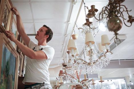 Joakim Karlsson ser fram emot höstens onlineauktioner med tillförsikt. - Det kommer ständigt in nya och spännande varor.  Foto: Skånes Auktionsverk