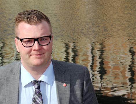 Kommunalråd Jonas Esbjörnsson (S) gläds åt kommunens tillskott på nära nog 51 miljoner kronor från regeringen.