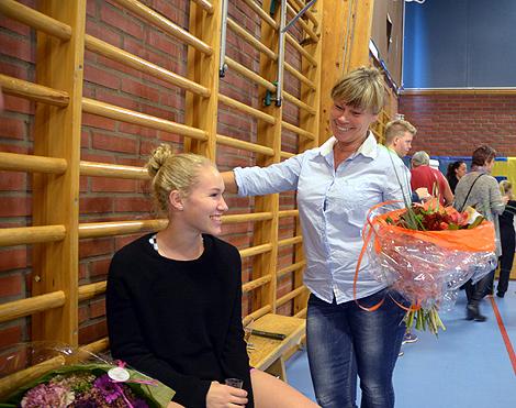 Hemkommen från VM ifjol var hela föreningen på tårna för att uppvakta Josefine Olsson (sittande). I veckan bär det av till Stuttgart och årets VM-tävlingar.