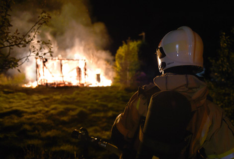 Brandmännen som kom till eldsvådan på Kopparhögarna natten till fredagen kunde inte annat än se till att inte fler stugor antändes. Foto: André Tajti, AT-Foto