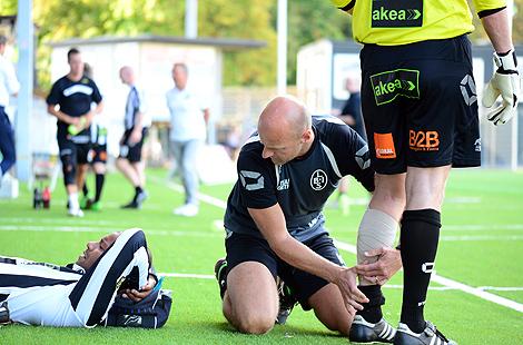 Sjukgymnast Thomas Mårtensson var den som fick jobba hårdast under matchen. Issa Manglind drog på sig en rejäl sträckning i lårets baksida. Mats I Svensson fick lindat vaden och med tio minuter kvar av matchen hade alla bandagen tagit slut.. Foto: Håkan Karlsson