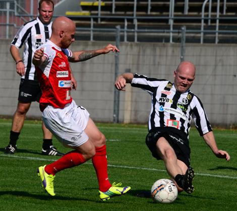 Tuff satsning på bollen av Markus Tåge.  Foto: Håkan Karlsson