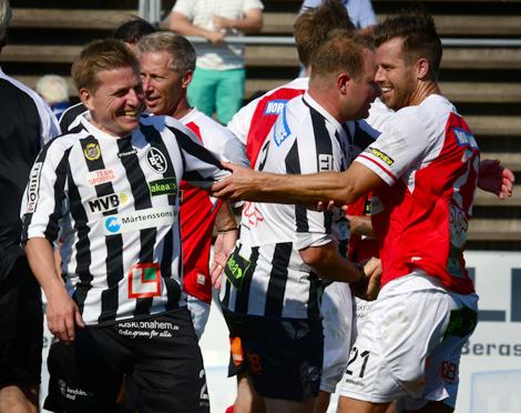 Full tid 1-1 och Pontus Farnerud vill omgående byta tröja med ex. kapten Olof Andersson, som förövrigt gjorde sin andra match på två dar. Foto: Håkan Karlsson
