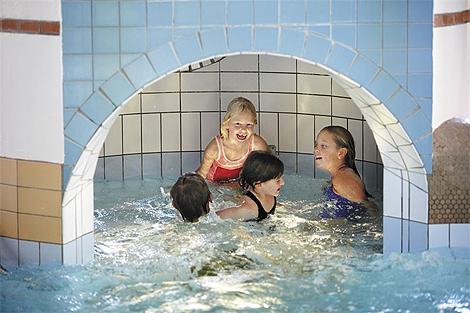 Barn i grottan på Karlslundsbadet. Foto: Anders Ebefeldt/Studio-e.se