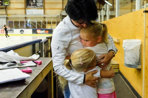 Carina Malmqvist i LKSK får en stor kram av åksugna flickor. Foto: Ulf Bjarke, Foto261.se