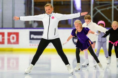 Aimie Malmqvist leder de yngsta konståkarna. Foto: Ulf Bjarke, Foto261.se