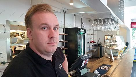 Krögaren på Slottscaféet, Olof Svensson känner sig klämd mellan olika kommunala instanser. Regelverket ställer krav på faciliteterna samtidigt som underhållet släpar efter och dröjer.