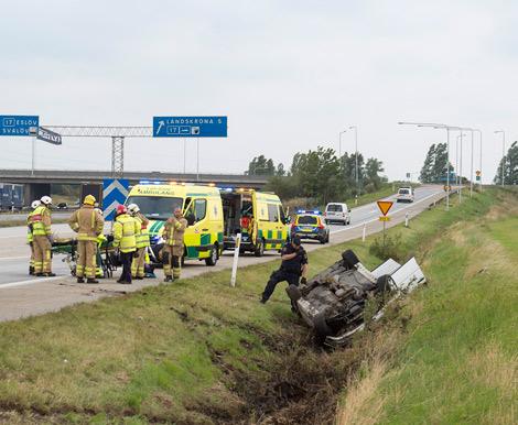De två som befann sig i bilen på bilden lyckades ta sig ur själv men fördes trots detta till sjukhus. Foto: André Tajti, AT-Foto.se
