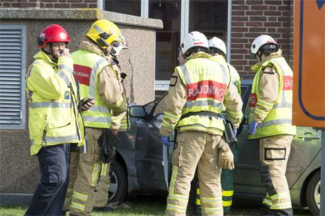 Räddningstjänsten var snabbt på plats då en ensam bilförare körde in i en transformatorsation på Östra Kajgatan på torsdagen. Foto: André Tajti, AT-Foto.se.