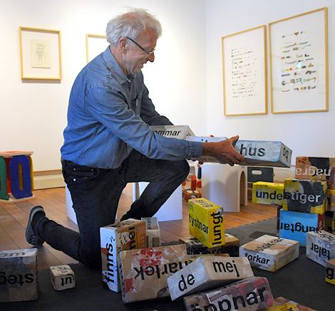 - Kroppstavera mera, uppmanar Björn Ed och bygger fram sommarvita hus.