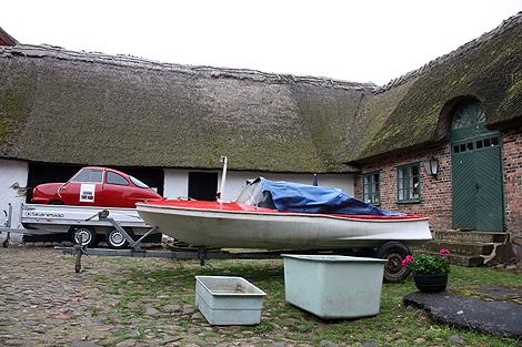 En bil, en båt och plastkar från tiden då det fanns en platsfabrik på Ven fanns i helgen att beskåda på innergården till Hvens Hembyggdsgård.  Foto: Eva Pettersson.