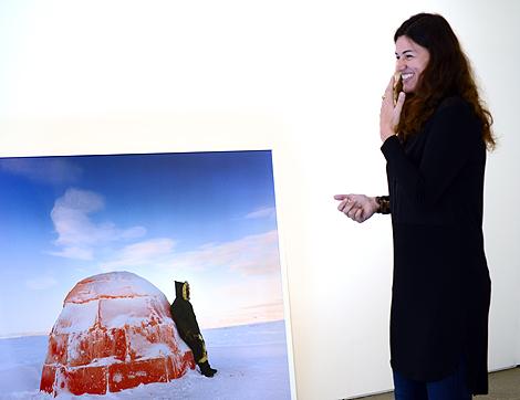 Scarlett Hooft Graafland har nära till leendet och skrattet när hon berättar om sitt konstnärskap.