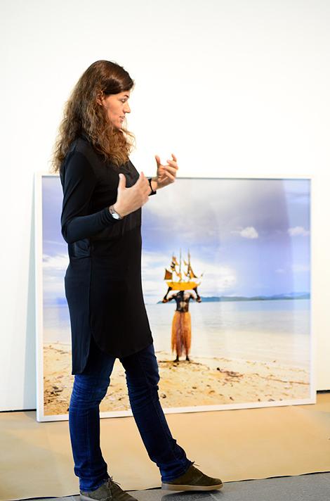 Scarlett Hooft Graafland har roligt när hon reser runt i världen och fotograferar. Hennes konstnärskap är bekvämt placerat på gränsen mellan fotografi, performance och skulptur.