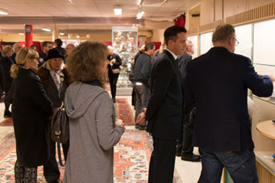 Det var många som var intresserade av objekten som ska gå under klubban på lördagens kvalitetsaktion när Skånes Auktionsverk arrangerade en VIP-visning i måndags.