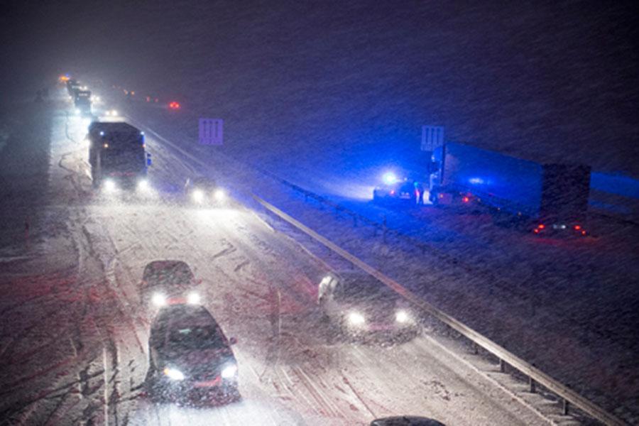 Det rådde snökaos på vägarna i lördags då vintern slog till. Bland annat hade lastbilarna svårt att ta sig upp för backen vid Milstolpen. Foto: André Tajti, AT-Foto.se