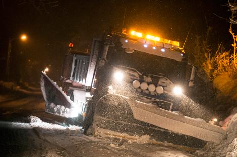 Till och med plogbilarna fick problem i snöovädret. Foto: André Tajti, AT-Foto.se